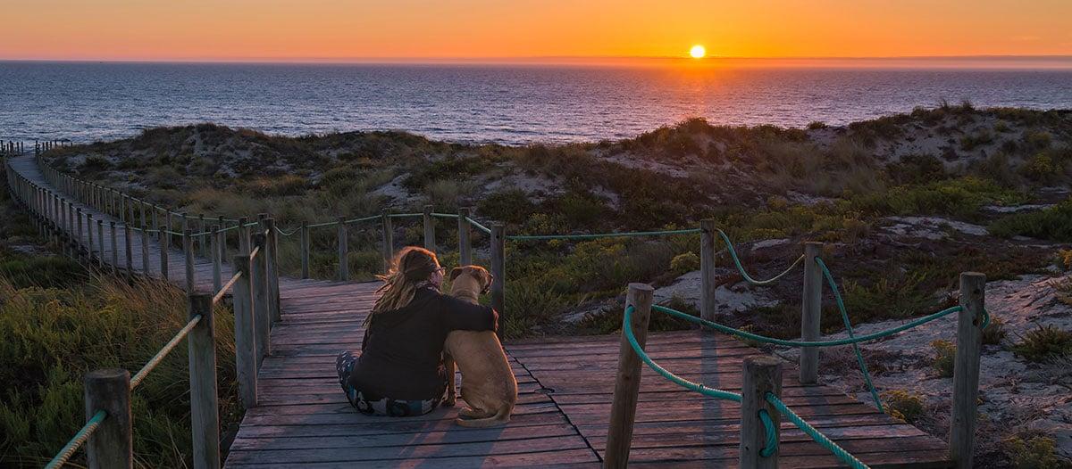 Robby und Emily beim Sonnenuntergang am Meer