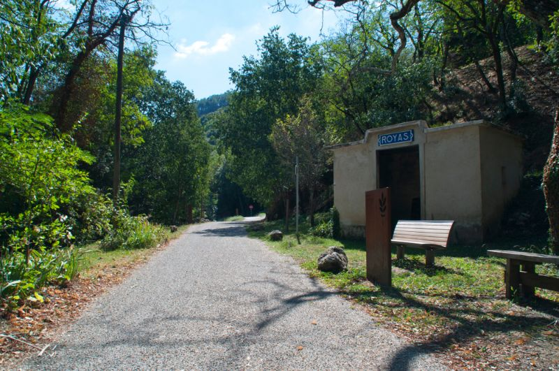 """Ein echter alter Bahnhof an der """"Voie Verte"""" bei Royas in Frankreich. Man kann sich dort jetzt vor dem Regen schützen oder einfach eine Pause einlegen."""