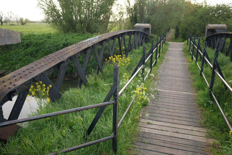 Eine Grüne Route wird immer auch mit Blick auf die Natur und die Umwelt angelegt. Wundern Sie sich also nicht, wenn die vor Ihnen liegende Fahrradbrücke buchstäblich mit Grün bedeckt ist.