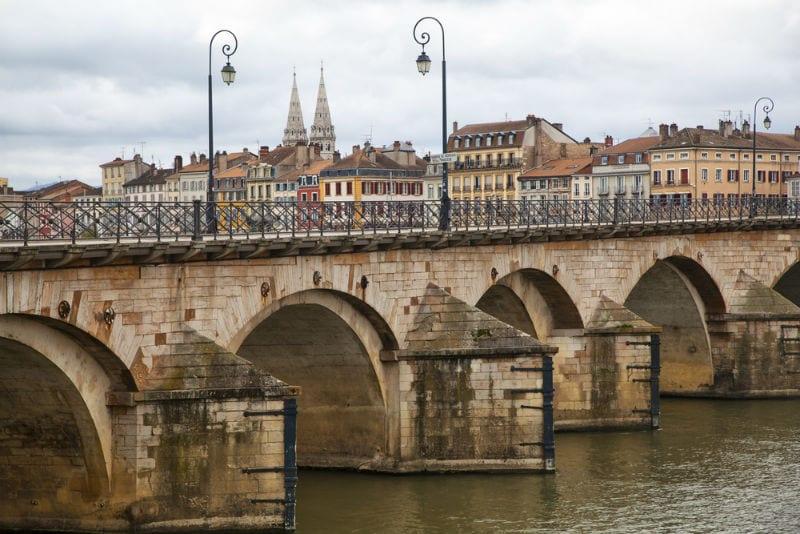 Die Saint-Laurent-Brücke aus dem 11. Jahrhundert in Mâcon.