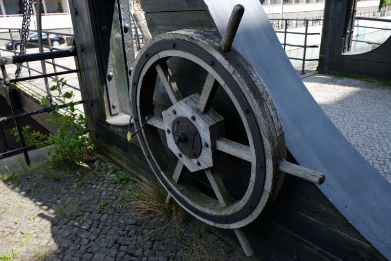 Manchmal trifft man auf alte Hebebrücken mit ihren originalen (instandgesetzten) Bedienungsmechanismen.