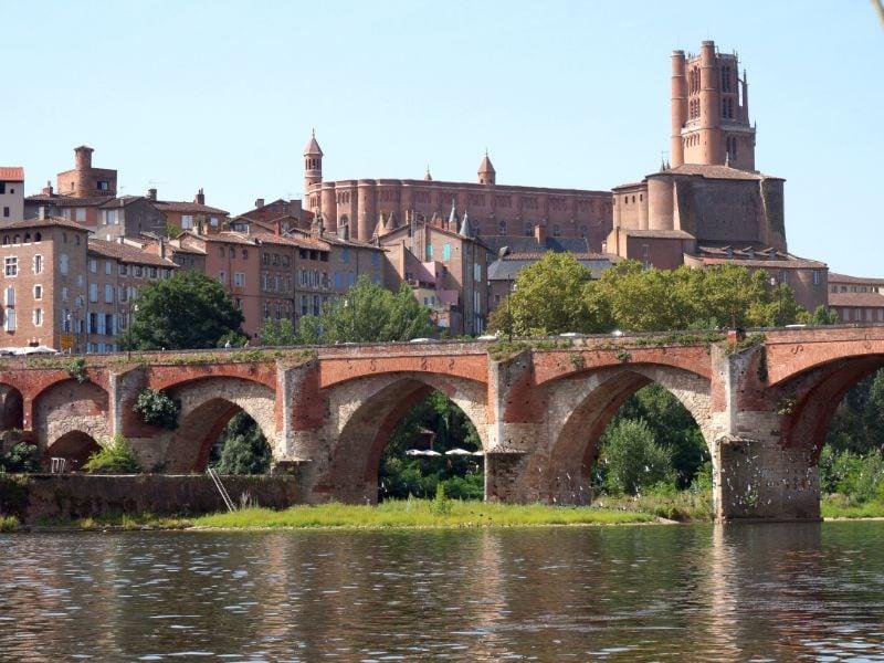 Den Pont Vieux und die Kathedrale von Albi sieht man am besten, wenn man sich am Rand des Stadtzentrums befindet.