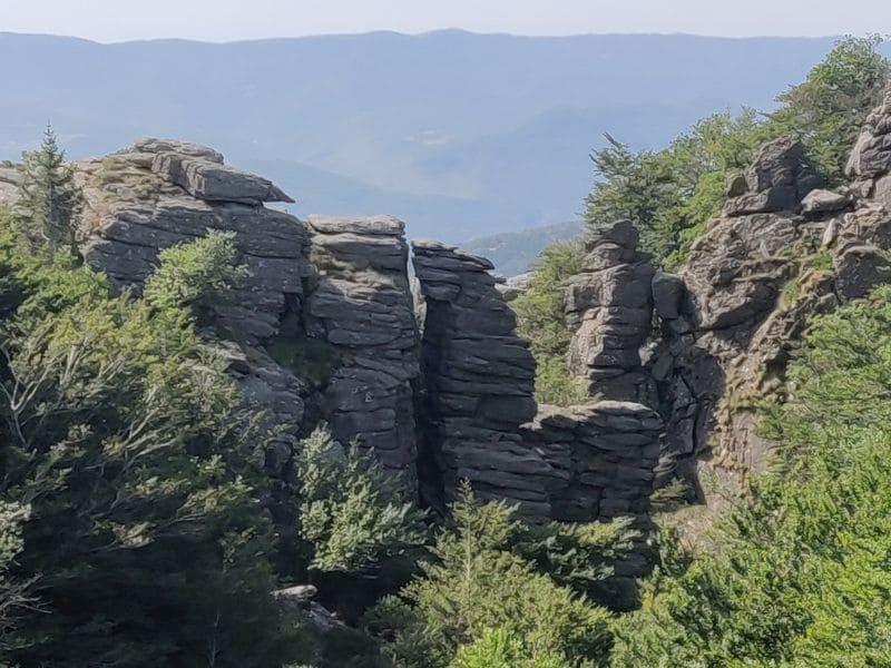 Auf einer Wanderung um den Lac de Vézoles entdeckt man viele beeindruckende Felsformationen.