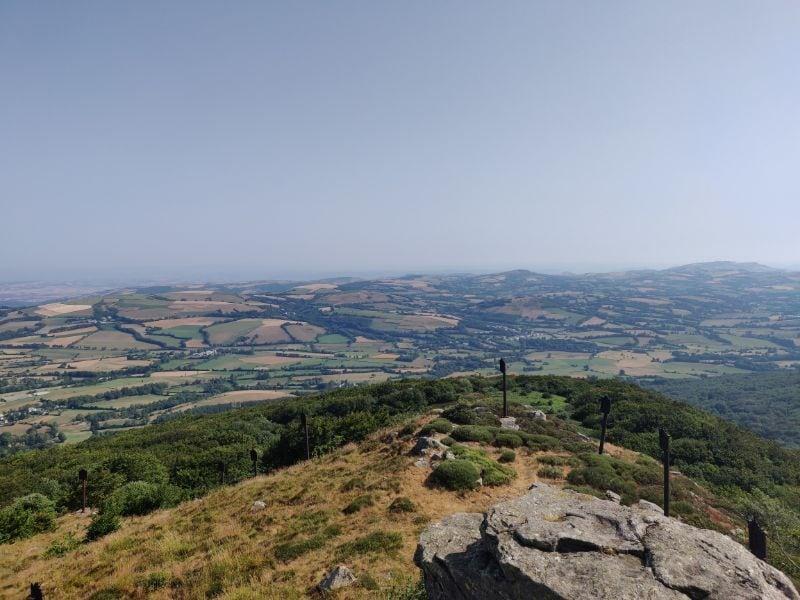 Oben auf dem Pic du Montalet erwartet den Wanderer diese schöne Aussicht auf das Tal um Lacaune und den Haut-Languedoc.