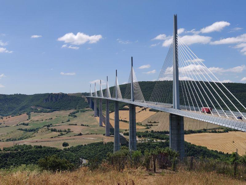 Das Viadukt von Millau sollte man sich wirklich ansehen, wenn man einmal in der Nähe ist. Der nahegelegene Rastplatz bietet zahlreiche Annehmlichkeiten.