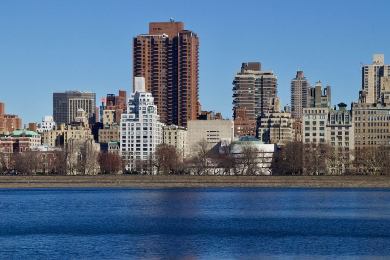 New York City's Skyline, auf welcher sich mittig rechts das Guggenheim Museum abzeichnet.