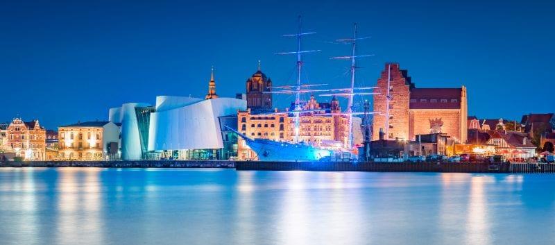 Das imponierende Ozeaneum im Hafen von Stralsund.