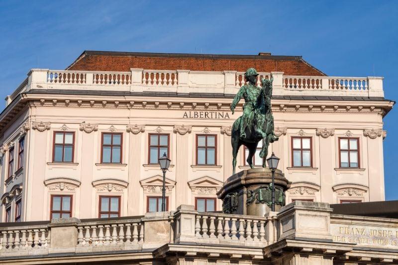 Das imposante Gebäude des Palais Erzherzog Albrecht im 1. Bezirk der Wiener Innenstadt.