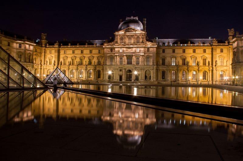 Bei Nacht beleuchtet wirkt der Louvre schon fast ein wenig geheimnisvoll.